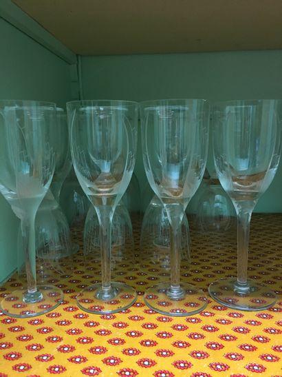 LALIQUE France. 20 flûtes à champagne, décor...