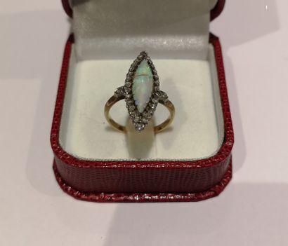 Bague en or 750°/°° centrée d'une opale dans...