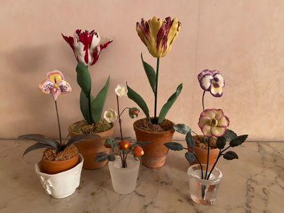 Six fleurs en porcelaine et métal doré  XXème...