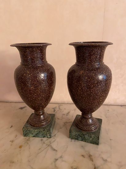 Paire de vase balustre en métal, effet pierre...