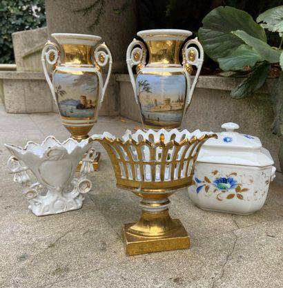 Lot comprenant une paire de vases en porcelaine...