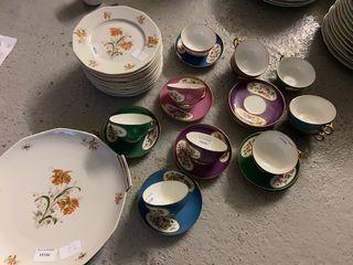 Service en porcelaine comprenant 11 tasses...