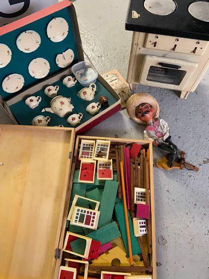 lot de jeux et vaisselle / mobilier de poupée...