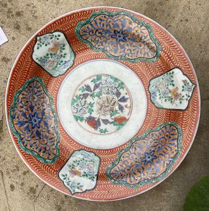 Plat en porcelaine à décor polychrome d'oiseaux...