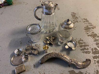 Fort lot en métal argenté dont une carafe,...