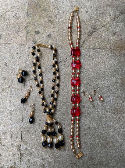 Deux parures collier- boucles d'oreille,...