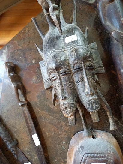 Ensemble de groupes sculptés comprenant masques,...
