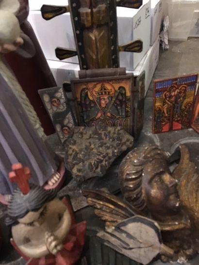 Fort lot de sculptures religieuses en bois...