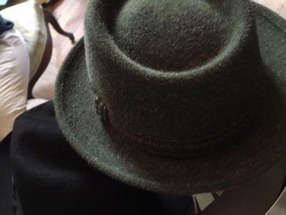 Ensemble de 4 chapeaux dans deux boites dont...