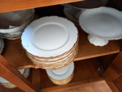 Partie de service en porcelaine blanche liserets...