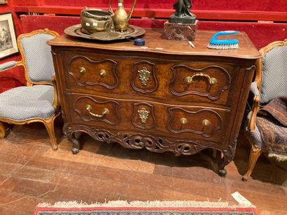 Walnut chest of drawers, curved front(four...