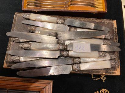 Lot de 12 couteaux manches en nacre et on...