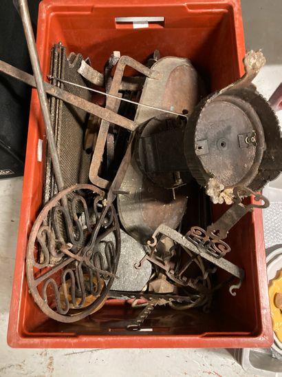 Lot comprenant nécessaire de cheminée, écran, nécessaire de tourne broche... Lot...