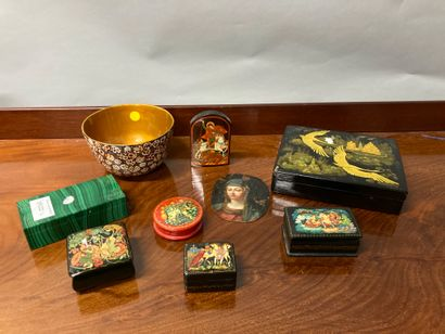 Lot of trinkets including lacquered boxes...