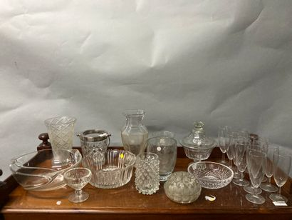 Fort lot de verrerie comprenant vases, coupes,...