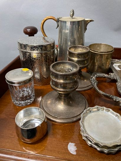 Strong batch of silver plated metal including boxes, tray, salt shaker, knife holder,...