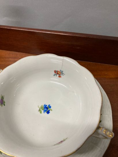 Mannette comprising parts of services with cups and saucers, white plates and others...