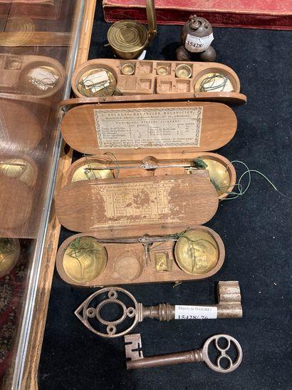 Batch of trinkets including: two old keys,...
