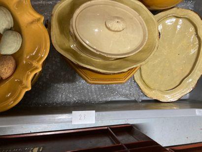 Manette de faïence diverses : assiettes, pichets, pique-fleurs, plats, terrines......