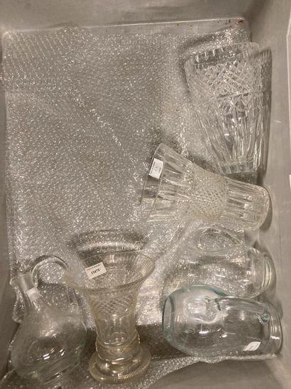 Trois mannettes de verrerie pichets, carafes,...