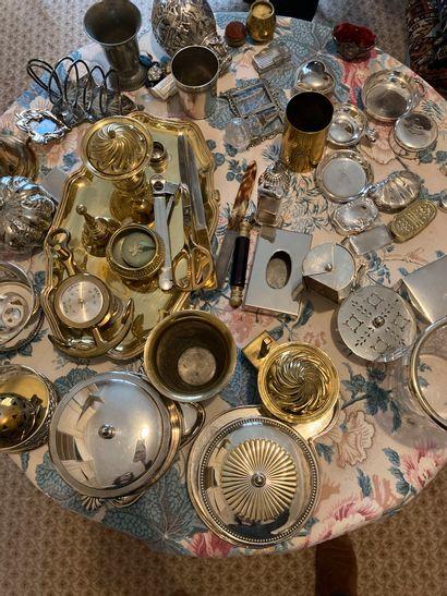 Mannette de métal argenté et divers comprenant...