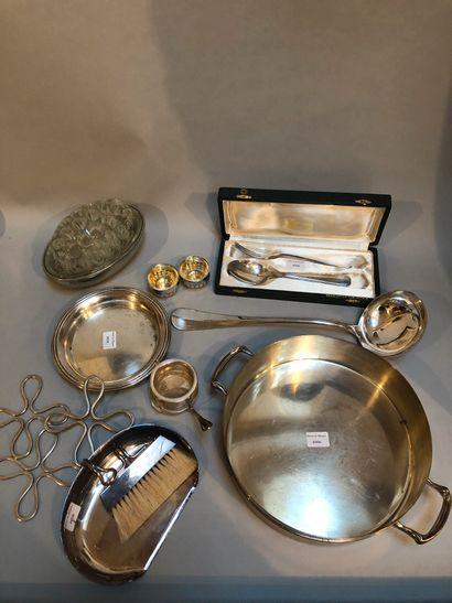 Lot en métal argenté comprenant dessous...