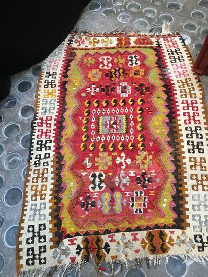 Deux petits tapis  134 x 93 cm  110 x 96...