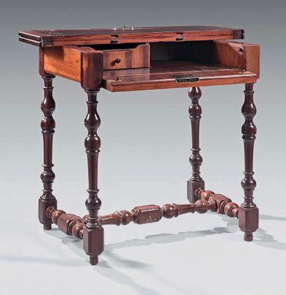 Petite table de milieu formant bureau en...