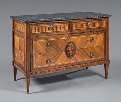 A chest of drawers inlaid with rosewood quartefeuille...