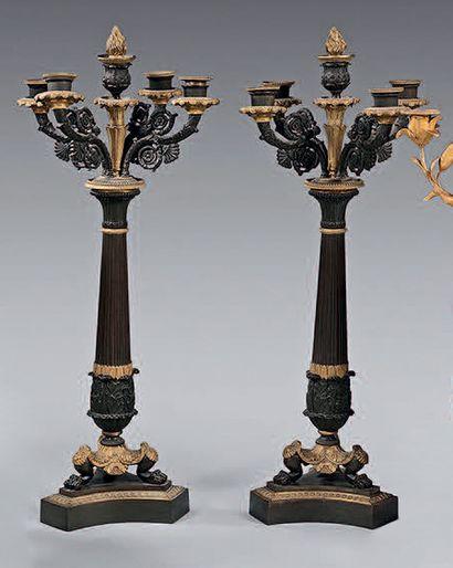 Paire de candélabres à cinq lumières en bronze...