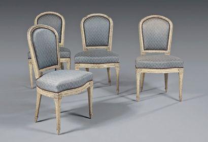 Suite de quatre chaises à dossier cabriolet...