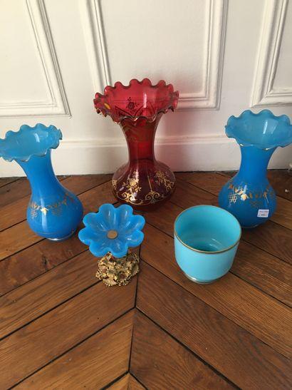 Trois vases dont deux verre opalin.  On y...
