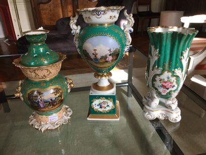 Deux vases en porcelaine de Paris  Le plus...