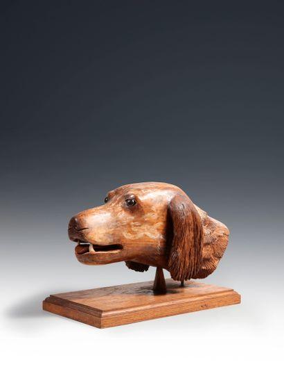 Tête de chien en bois sculpté. Dim.: 25 x...
