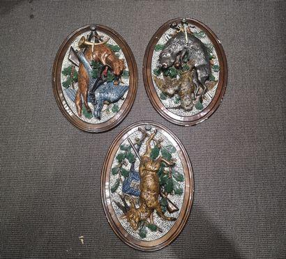 Ensemble de trois écussons ovales en céramique...