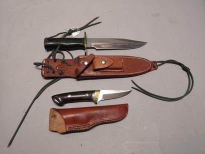 Deux couteaux dont : - un couteau droit anglais....