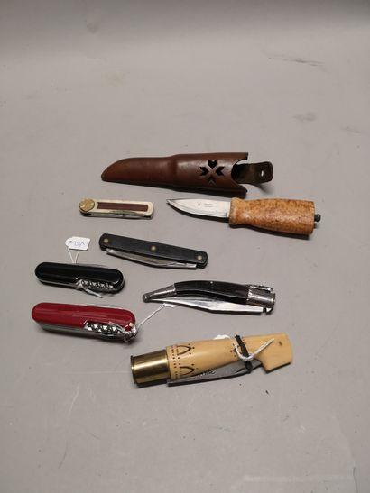 Ensemble d'un couteau Nontron, trois petits...