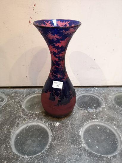Petit vase rose sur fond bleu