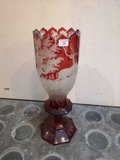 Grand vase à décor de cerfs en forêt. Haut....