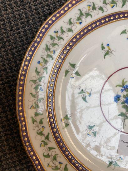 SÈVRES Assiette en porcelaine tendre à bordure contournée, à décor d'un bouquet de...