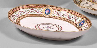 SÈVRES Plateau ovale en porcelaine tendre à bordure contournée décoré sur l'aile...