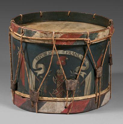 Grand tambour dont le fût est peint en polychromie...