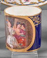 SÈVRES Deux tasses litrons sur fond bleu décorées dans un médaillon doré pour l'une...