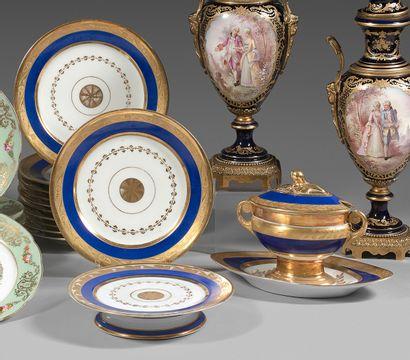 PARIS Partie de service composite en porcelaine à décor bleu et or au centre d'une...