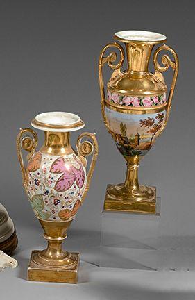 PARIS Deux vases de forme balustre en porcelaine sur piédouche à décor polychrome...