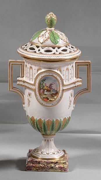 Vase et son couvercle en faïence de Saint-Clément...