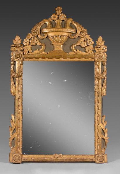 Miroir à fronton en bois doré et laqué, sculpté...