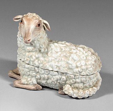 MEISSEN Boîte couverte en trompe l'œil figurant un agneau couché en porcelaine, le...