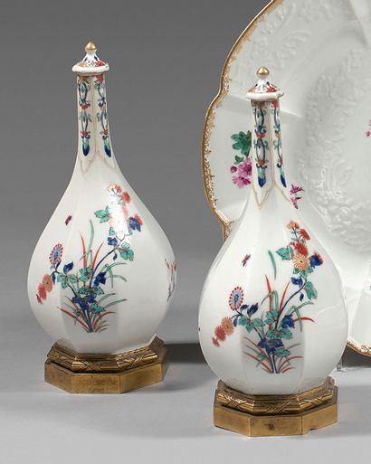 Paire de vases et leurs couvercles en porcelaine...