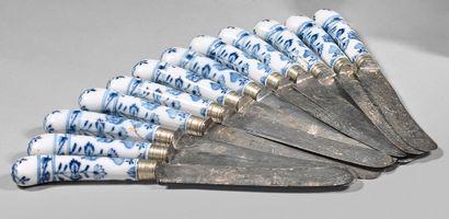 MEISSEN Suite de douze couteaux, les manches en porcelaine terminés en crosse, décorés...